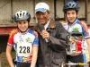 Le speaker et 2 cyclistes.jpg